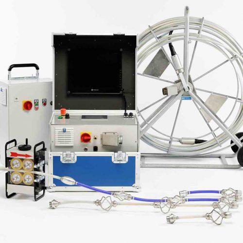 Die bogengängige KASRO UV-Hausanschlussanlage Ikarus für die Durchmesser DN100 – DN200 besteht aus insgesamt vier Kettenaufsätzen mit einer oder drei UV Lampen, welche auf eine Haspel mit Drehübertrager gesteckt werden können. Der standardmäßige Arbeitsbereich bewegt sich von DN 100 bis DN 150. Zudem gibt es einen Erweiterungssatz für die Durchmesser DN 150 bis DN 200. Foto: ProKasro Mechatronik GmbH