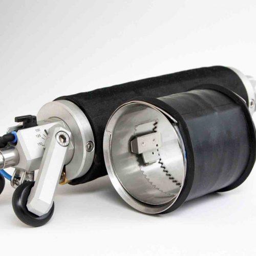 Die neue Quick-Lock Mini zur Sanierung von Schäden in den Nennweiten DN 100, DN 125 und DN 150 mit Baulängen 140 mm bzw. 90 mm für Bögen bis zu 45° in Verbindung mit den entsprechenden Versetzpackern. Foto: UHRIG Kanaltechnik GmbH