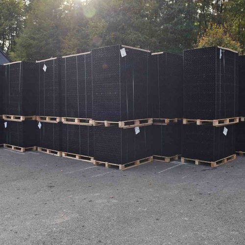 Die einzelnen Elemente des D-Raintanks® bestehen aus Polypropylen-Gitterplatten und verfügen über die Abmessungen 810 x 840 x 400 mm. Bei ihrem geringen Einzelgewicht von ca. 15 Kilogramm lassen sie sich gut handhaben. Foto: Funke Kunststoffe GmbH