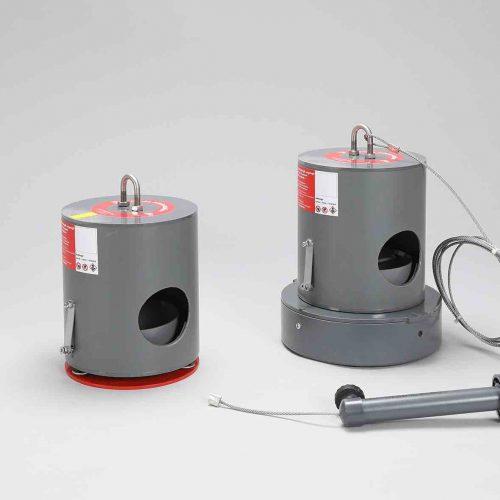 Die Köderstation Typ 1 (l.) wird fest auf der Berme im Schacht verankert. Typ 2 verfügt über ein höheres Eigengewicht und wird mit einem Befestigungsanker an der Leiter bzw. in den Schmutzfänger eingehangen. Foto: Funke Kunststoffe GmbH