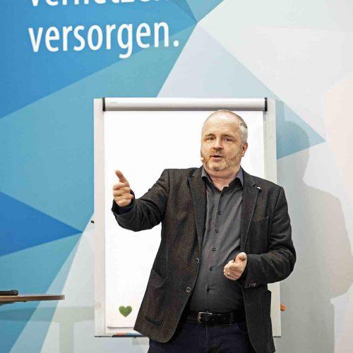 Welche Chancen und Potenziale birgt die Digitalisierung tatsächlich für unser berufliches Handeln? Eine Frage, die Ömer Atiker, Click Effect Internet Marketing GmbH, Freiburg im Breisgau, auf höchst amüsante Weise erörterte. Foto: rbv