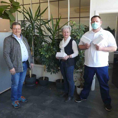 Für einen guten Zweck: Stefan Loch (l.), thyssenkrupp Infrastructure, Alsfeld, konnte 2.000 Masken an Pflegedienste in Hessen übergeben. Foto: thyssenkrupp Infrastructure