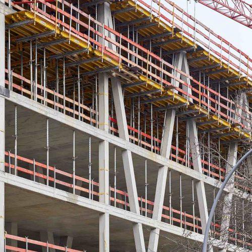 Für eine statisch sichere Konstruktion der Gebäudeseite an der Prinzenstraße wurden vom zweiten bis zum fünften Obergeschoss Beton-V-Stützen hergestellt, die mit Fertigstellung des Tragwerks ein Betonfachwerk ausbilden. Foto: ULMA Construction GmbH / Nils Koenning