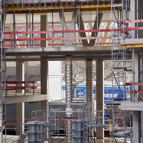 Für eine sichere Herstellung der V-Stützen wurden diese im Bereich des Erdgeschosses sowie im ersten Obergeschoss mit Betonhilfsstützen und sogenannten Kapselpressen temporär unterstützt, um die Lasten während der Bauphase abzutragen. Foto: ULMA Construction GmbH / Nils Koenning