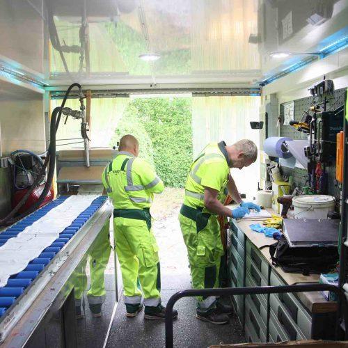 In der mit Heizung, Kalibrier- und SPS-Mischsystem ausgerüsteten mobilen Tränkfabrik wird der Liner auf die erforderliche Länge gebracht, mit Harz gefüllt und unter Vakuum getränkt.  Foto: DIRINGER & SCHEIDEL ROHRSANIERUNG