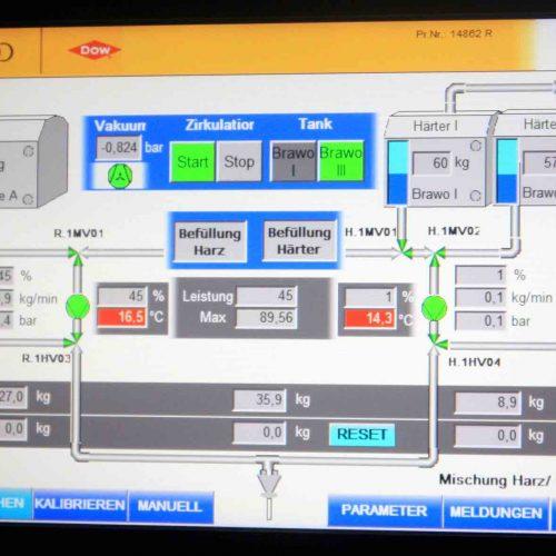 Die Mischung der Harze erfolgt vollautomatisch mit einer SPS-Computersteuerung, Mischfehler sind ausgeschlossen. Foto: DIRINGER & SCHEIDEL ROHRSANIERUNG