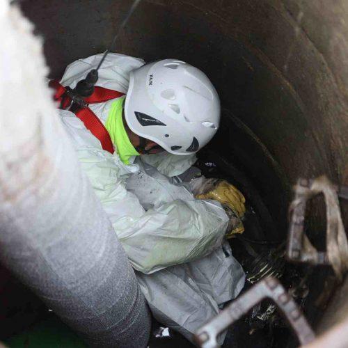 Der Schlauch wird mittels Wasser in den Kanal inversiert und im Anschluss unter Zufuhr von Wärme kontrolliert ausgehärtet. Foto: DIRINGER & SCHEIDEL ROHRSANIERUNG