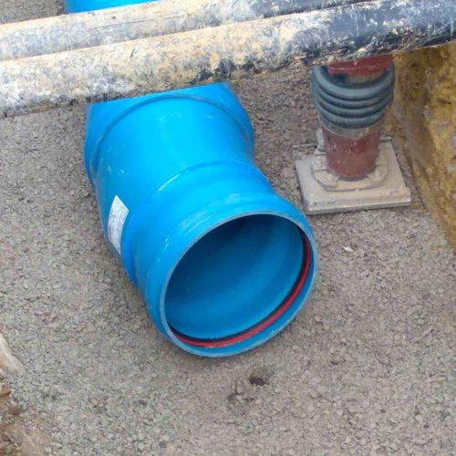 Die leichten HS®-Kanalrohre für die neue Regenentwässerung lassen sich auf der Baustelle gut handhaben sowie schnell und flexibel einbauen. Die blaue Farbe erleichtert auch später die Unterscheidung in Regen- und Schmutzwasser. Foto: Funke Kunststoffe