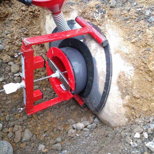 Mit dem Sanierungsstutzen von Funke werden die defekten Anschlüsse an den Stahlbetonkanal DN 300 erfolgreich saniert. Foto: Funke Kunststoffe