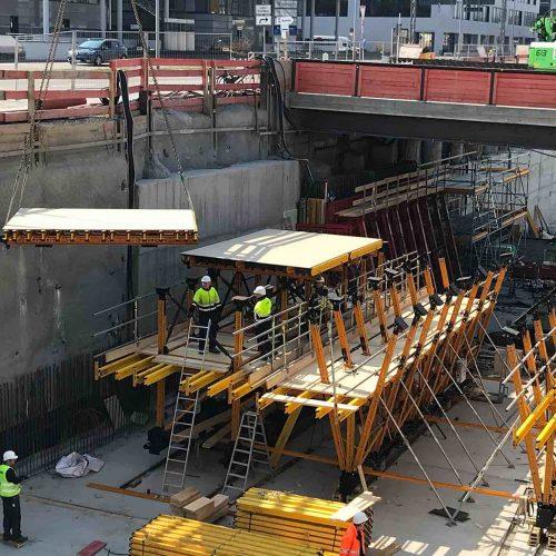 Montagearbeiten am Tunnelschalwagen: die Baustelle musste während der gesamten Bautätigkeiten von oben angedient werden.  Foto: R. Winter, ULMA Construction GmbH
