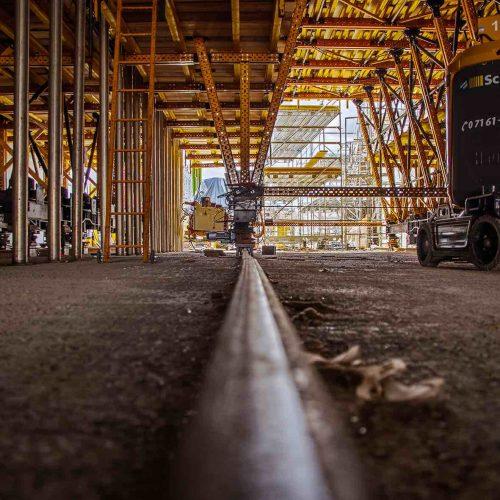 Um den Schalwagen von einem Betonierabschnitt zum nächsten zu verfahren, war dieser auf einem System von Bahnschienen positioniert. Foto: R. Winter, ULMA Construction GmbH