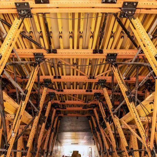 Die Schalwagenkonstruktion wurde auf Basis der Verwendung von MK-Riegeln so ausgeführt, dass ein sicherer Abtrag der Lasten aus der Schalung in die Sohle über jeweils zwei Reihen von vertikalen Stützen erfolgt. Diese Stützen sind in Längsrichtung des Schalwagens ausgesteift, um die Gesamtkonstruktion zu stabilisieren und die längs verlaufenden Lasten aufzunehmen. Die vertikalen Lasten werden über die Fahrträger in die Gründung abgeleitet. Foto: R. Winter, ULMA Construction GmbH