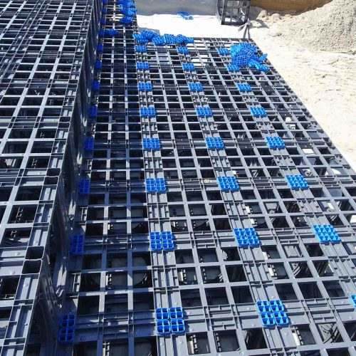 Die D-Raintank 3000®-Elemente wurden in Herxheim zweilagig angeordnet. Damit die Lagen nicht verrutschen können, geben blaue Vierfachverbinder Halt. Foto: Funke Kunststoffe GmbH