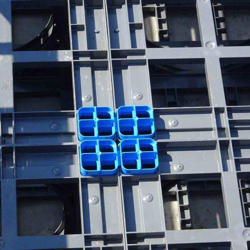 Die blauen Vierfachverbinder sorgen für Schubfestigkeit zwischen den einzelnen Lagen. Sie kommen immer dann zum Einsatz, wenn auf eine Lage D-Raintank 3000® eine weitere Lage aufgebracht wird. Foto: Funke Kunststoffe GmbH