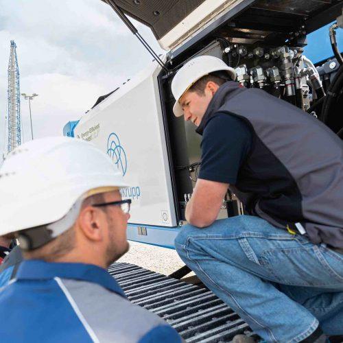 Die Maschinen immer im Blick: Mit einem individuellen Service online und vor Ort trägt thyssenkrupp Infrastructure zu reibungslosen Abläufen auf der Baustelle bei. Foto: thyssenkrupp Infrastructure