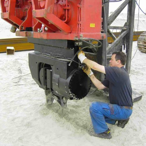 Ein Servicemonteur bei der Wartung eines müller-Gerätes. Das freireitende System MS-48HFV stammt aus eigener Fertigung von thyssenkrupp Infrastructure. Foto: thyssenkrupp Infrastructure