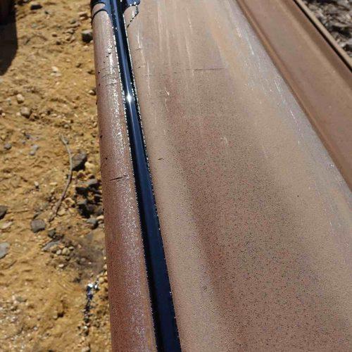 Vor dem Einpressen werden die Schlösser mit Bitumen vergossen, um die Mantelreibung beim Einpressen zu reduzieren. Foto: thyssenkrupp Infrastructure