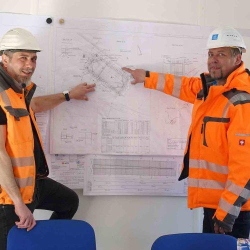 Dipl.-Ing. Yunus Aydin, TGH, (links) und Dipl.-Ing. Tim Bartels, thyssenkrupp Infrastructure, sind sehr zufrieden mit der Arbeit des Silent Pilers auf der Baustelle. Foto: thyssenkrupp Infrastructure