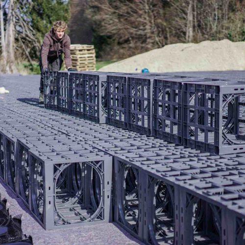 Ein D-Raintank 3000®-Element hat die Abmessungen 600 x 600 x 600 mm und ist an der Einbaustelle leicht zu handhaben. Foto: Funke Kunststoffe