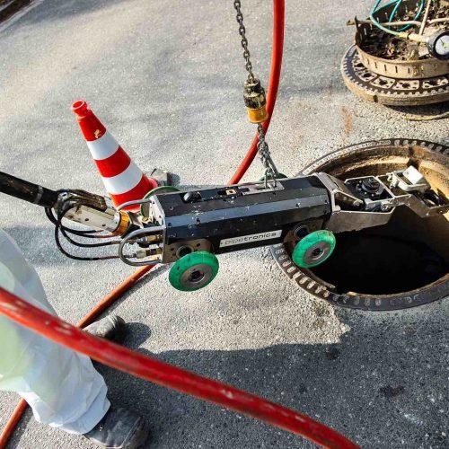Die Schachtöffnung reicht: Ein eCUTTER oder etwa die PI.TRON Spachtel- und Verpressroboter können durch den Einstiegschacht in den Kanal abgelassen werden. Foto: DIRINGER & SCHEIDEL ROHRSANIERUNG