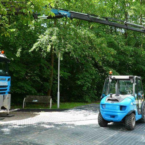 Am Tag vor Anlieferung der Module wurden die Baustraßenelemente von einem LKW mit Ladekran und einem Stapler verlegt. Foto: thyssenkrupp Infrastructure