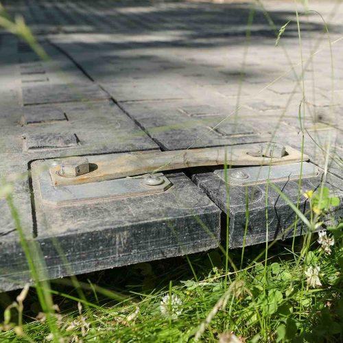 Die Panels werden mittels Metallverbinder und Sechskantschrauben miteinander verbunden. Foto: thyssenkrupp Infrastructure