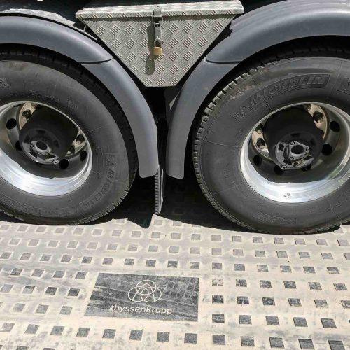 Die Kunststoffbaustraße ist einfach zu verlegen, sorgt für optimale Lastverteilung und kann auf fast jedem Untergrund eingesetzt werden.  Foto: thyssenkrupp Infrastructure