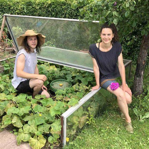Magdalena Nickl und Vincent Kalnin freuen sich über das Ergebnis und immer ausreichend Wasser im Garten: Nach dem Einbau haben sie die KS-Bluebox® mit einem Pflanzbeet überdeckt. Foto: Funke Kunststoffe GmbH