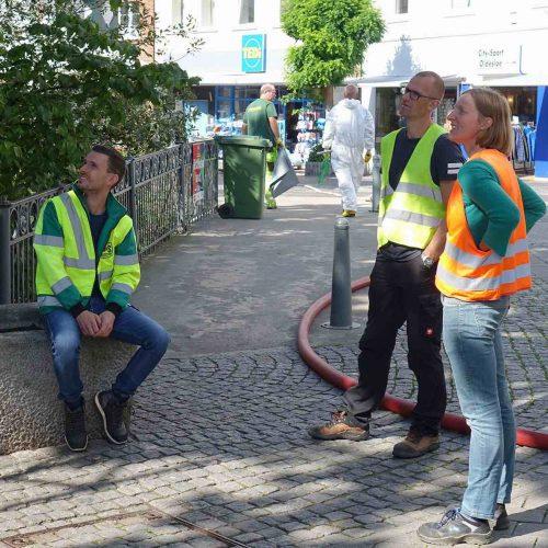 Telse David, Christian Jurthe und Phillip Gerdes (v.r.) verfolgen den Einzug des Schlauchliners. Foto: D&S Rohrsanierung