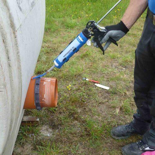 Das abschließende Einpressen der Funke 1 K-Dichtmasse in das Bauteil sorgt zusätzlich für einen festen Sitz.  Foto: Funke Kunststoffe GmbH
