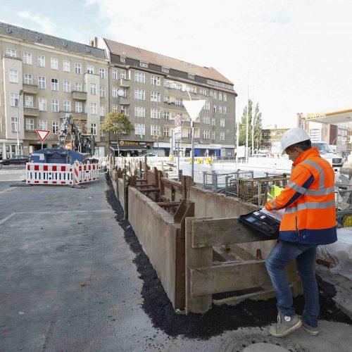 Stephan Tolkmitt gehört zu den Prüfingenieuren, die in vorgegebenen Abständen die Baustellen der Gütezeichen führenden Unternehmen besuchen. Foto: Güteschutz Kanalbau