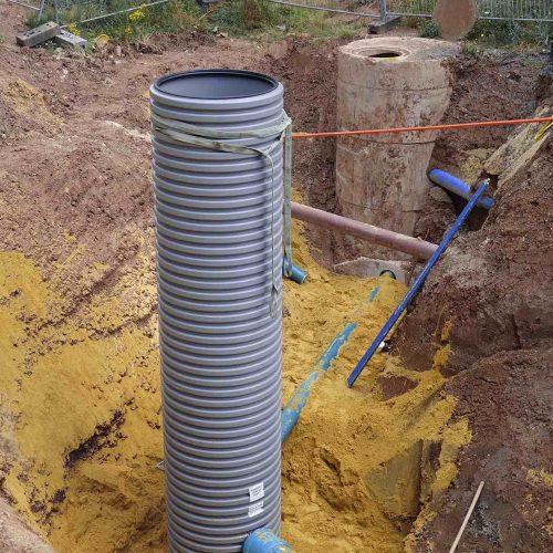 Das in den KS-Bluebox®-Elementen gesammelte Niederschlagswasser gelangt in den Drosselschacht von Funke und wird von hier sukzessive in die Kanalisation abgegeben. Foto: Funke Kunststoffe