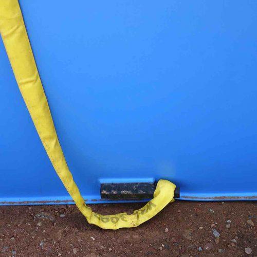 Die integrierten Halterungen und die mitgelieferten Hebegurte erleichtern die Handhabung der KS-Bluebox®-Elemente an der Einbaustelle. Foto: Funke Kunststoffe