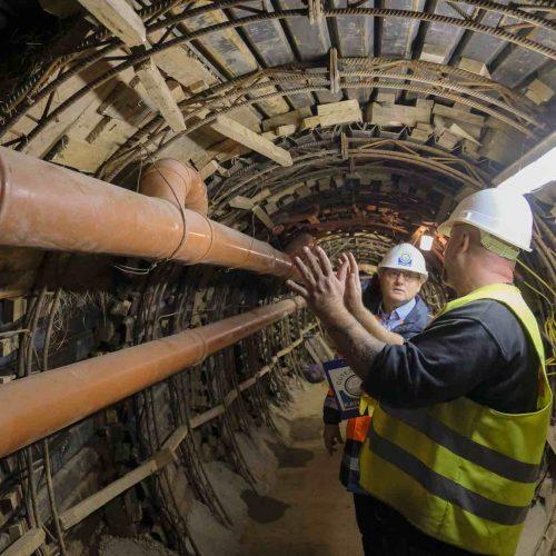 ARGE-Polier Ingo Heidgen erläutert Prüfingenieur Marc Mielke die Vorgehensweise beim Umschluss der Hausanschlussleitungen an die provisorische Abwasserleitung. Foto: Güteschutz Kanalbau