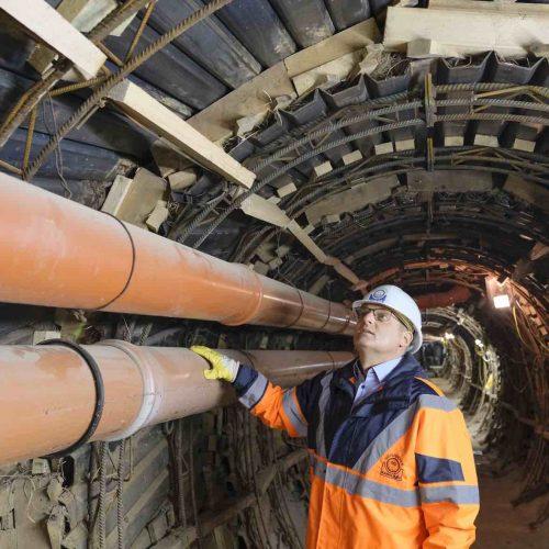 Prüfingenieur Marc Mielke überzeugt sich vor Ort von der fachgerechten Ausführung des Stahlverzuges. Foto: Güteschutz Kanalbau