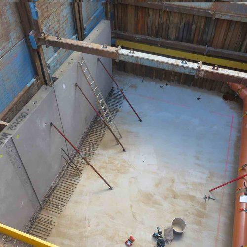 Vor dem Einheben der Wandelemente wurden zwei Laufwagen entfernt, um den nötigen Arbeitsraum zu schaffen. Foto: REIF Baugesellschaft