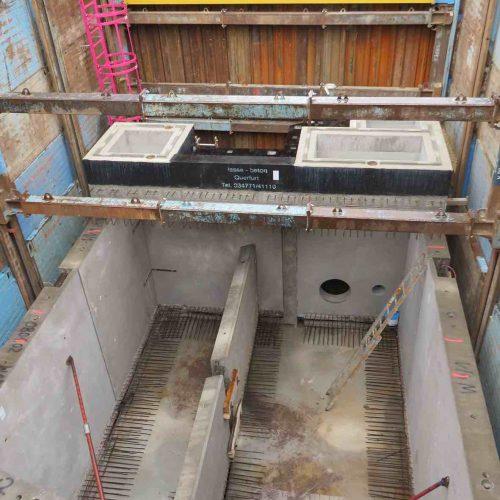 Die aus den Wandungsteilen im Sohlbereich herausragende Bewehrung sorgt für den Anschluss beim Betonieren der Sohle. Foto: REIF Baugesellschaft