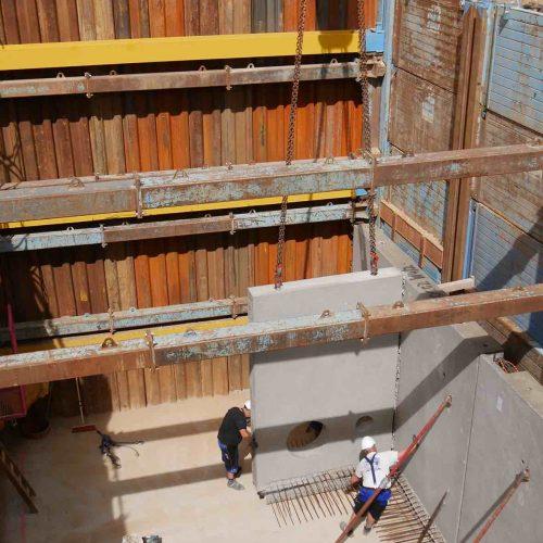 Aufgrund der großen Einbaufenster konnten die 35 Zentimeter starken und bis zu 25 Tonnen schweren Wandelemente reibungslos in die Baugrube eingehoben werden.  Foto: thyssenkrupp Infrastructure