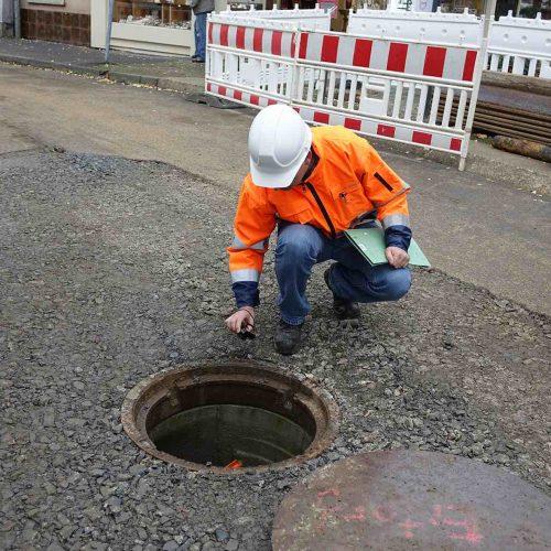 Alexander Schlein kontrolliert den Einbau des Tangentialschachtes. Foto: Gebr. Fasel Betonwerk GmbH