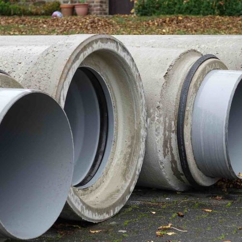 Aufgrund der beengten Platzverhältnisse wurden die FABEKUN®-Rohre und -Schächte auf einer nahegelegenen Parkfläche zwischengelagert. Foto: Gebr. Fasel Betonwerk GmbH