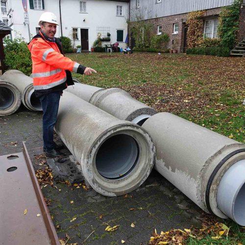 Fasel-Fachberater Rüdiger Göbel weist auf das charakteristische Doppeldicht-System der FABEKUN®-Rohre hin. Foto: Gebr. Fasel Betonwerk GmbH