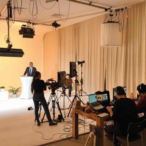 """""""Die intensive Vorbereitung der Veranstaltung sowie die Investition in eine professionelle Studio- und Kameratechnik waren wesentliche Säulen für den großen Erfolg und die begeisterte Resonanz auf die Online-Premiere der Tagung Leitungsbau"""", betonte Hesselmann. """"Wir sind froh, dass wir das hohe Qualitätsniveau der Veranstaltung auf diesem Weg beibehalten haben, auch wenn das finanzielle Engagement sich damit auf dem gleichen Niveau einer Präsenzveranstaltung bewegt hat"""", so Hesselmann. Foto: rbv"""