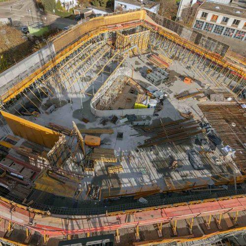 Der Grundriss des imposanten Bauwerks ist der Grundstücksform folgend als leicht abgewandeltes Dreieck in den Abmessungen von 50 x 50 x 50 Meter mit teilweise runden Ecken entworfen. Foto: ULMA Construction