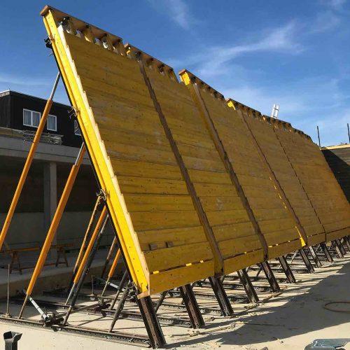 Um die Holzstruktur in der gewünschten hochwertigen Optik herzustellen, wurden die exakt auf die Rahmenbedingungen der Baustelle zugeschnittenen Sonderschalungselemente maßgenau in Rödermark vorproduziert und vor Ort auf der Baustelle stufenweise mit Hölzern belegt.  Foto: ULMA Construction