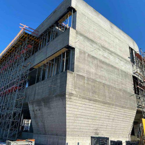 Die Herstellung der schrägen, außen abgestuften Wände des Erdgeschosses war individuelles Charakteristikum und bautechnisches Novum zugleich. Foto: ULMA Construction