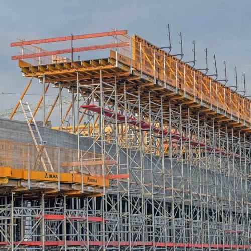 Ausblick auf die imposanten Gerüsttürme. Um zu jedem Zeitpunkt eine zuverlässige Absturzsicherung zu gewährleisten, hat ULMA alle Deckentische mit MBP-Gitterelementen ausgestattet. Foto: ULMA Construction