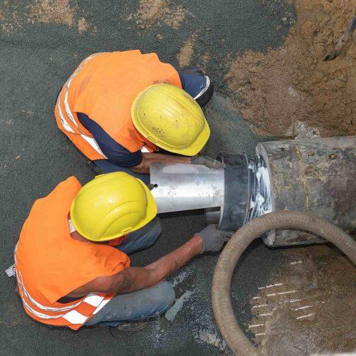 Die Eiprofil-Bestandsleitung aus Beton wurde auf der Rohrinnenwandung zunächst mit Spezialgleitmittel bestrichen, bevor der BI-Adapter® Eiprofil mit dem Spreizkeil nach oben eingesetzt wurde.  Foto: Funke Kunststoffe