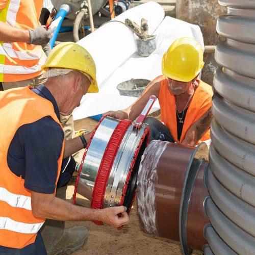 Die Tiefbauer montieren die VPC®-Rohrkupplung am Eiprofilspitzende des Funke Schachtes DN 1000.  Foto: Funke Kunststoffe