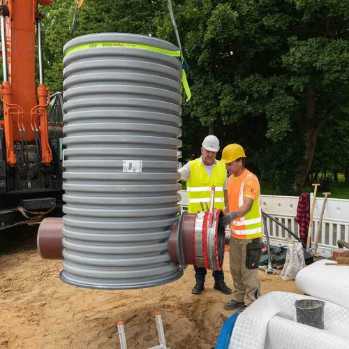 Der vorbereitete Funke Schacht DN 1000 wird in die Baugrube eingehoben. Foto: Funke Kunststoffe