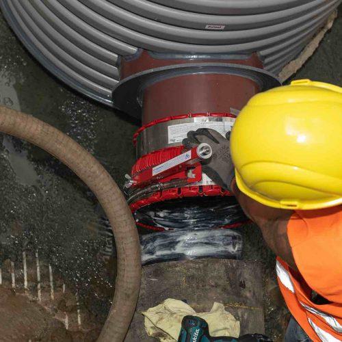 Jetzt kann die Bestandsleitung im Eiprofil mit dem Funke Schacht DN 1000 verbunden werden.  Foto: Funke Kunststoffe